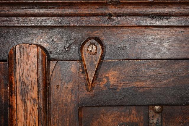 Vernir un vieux meuble en bois - Renover un meuble en bois vernis ...